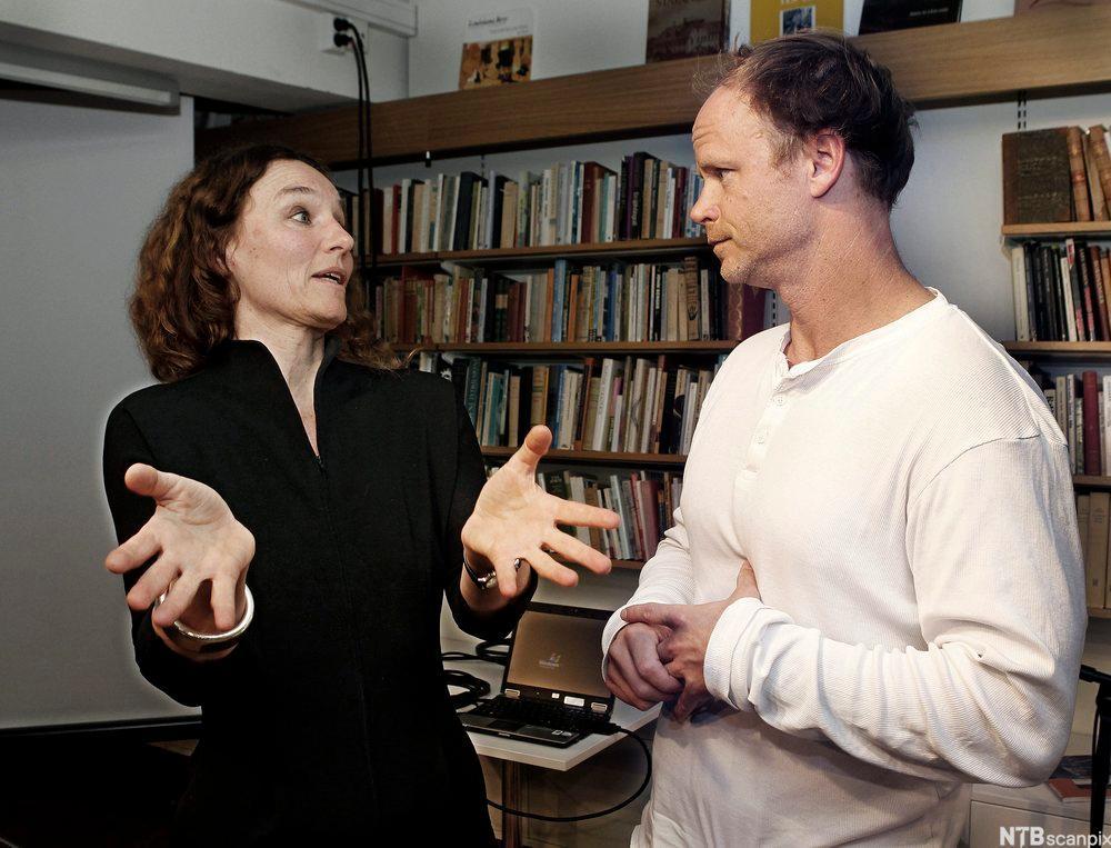 Harald Eia lytter, Camilla Stoltenberg gestikulerer. Foto.