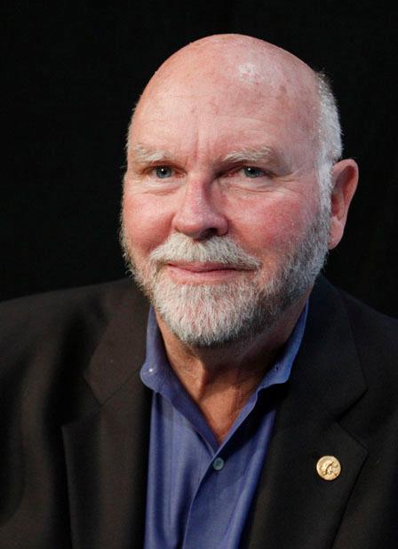 Profilbilde av skallet mann med skjegg. Foto.