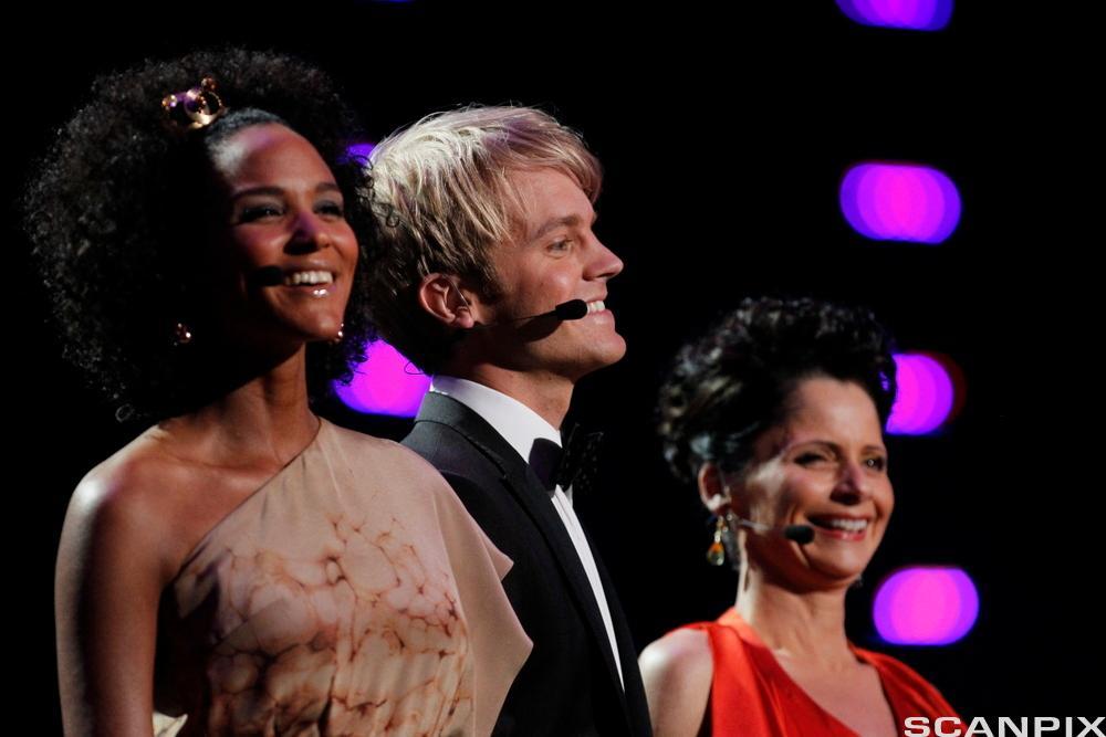 Under Melodi Grand Prix finalen på Telenor Arena i 2010 stilte NRK med programlederne (fra v) Haddy Jatou N'jie, Erik Solbakken