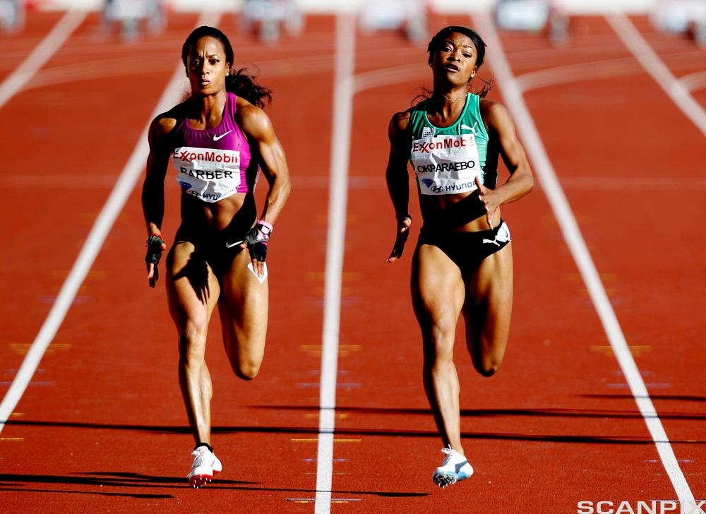 To sprintere løper side om side på friidrettsbane. Foto.