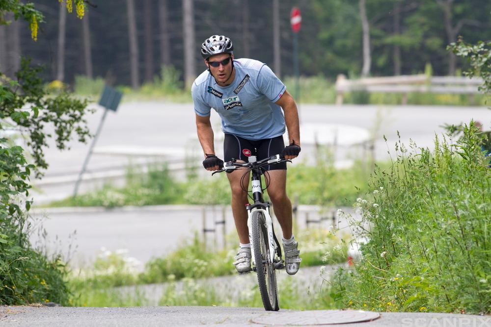Gutt sykler. Foto.