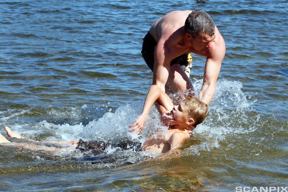 Mann som redder barn fra å drukne. Foto.