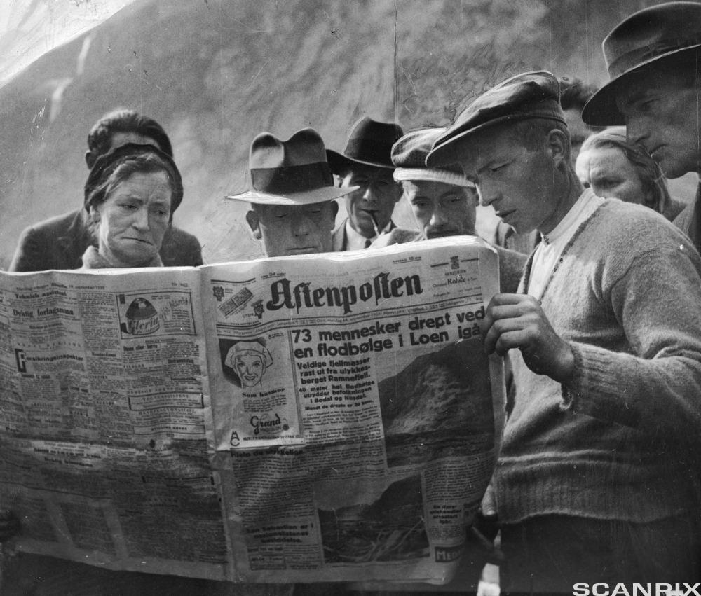 Personer som leser om rasulykken i Aftenposten