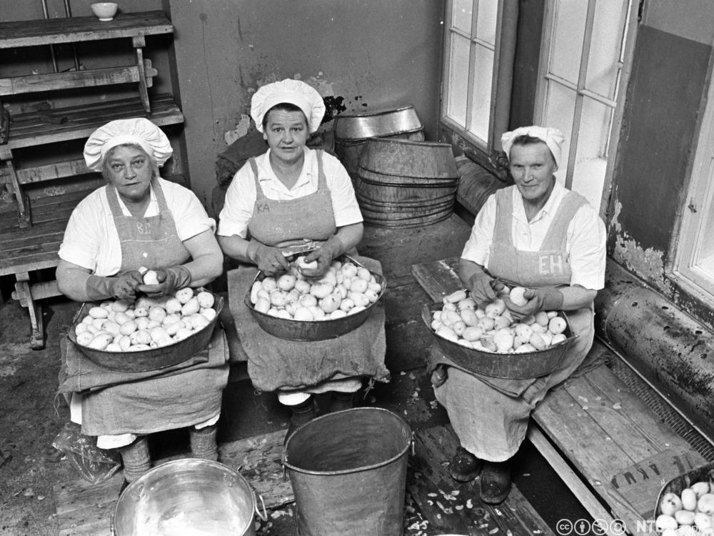 Borghild Gudmundsen, Karin Engh Johansen og Elisabeth Hansen skreller poteter på Kommunekjøkkenet i Oslo i 1962. Foto.