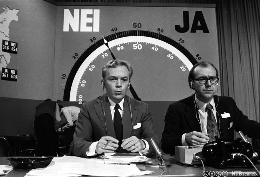 Fra tv-sendingen i forbindelse med folkeavstemningen om EF i 1972. Porgramledere er Lars-Jacob Krogh og Geir Helljesen. Bak dem er et stort barometer som skulle vise nei- eller ja-flertall. Foto.