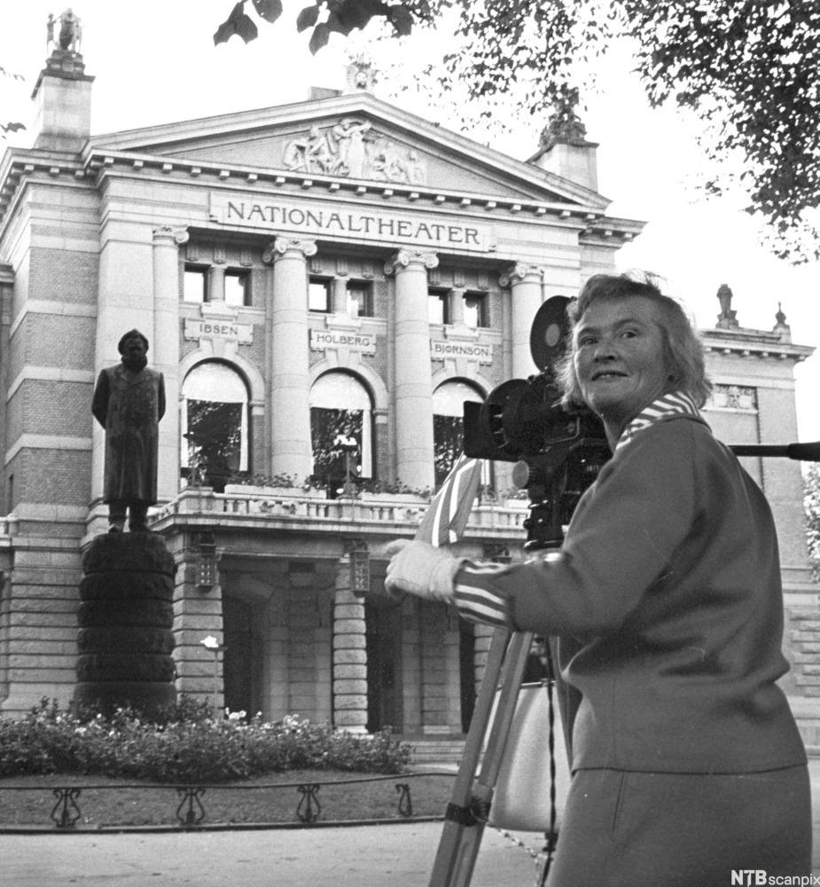 Filmregissør Edith Carlmar filmar i Oslo i 1964. Foto.