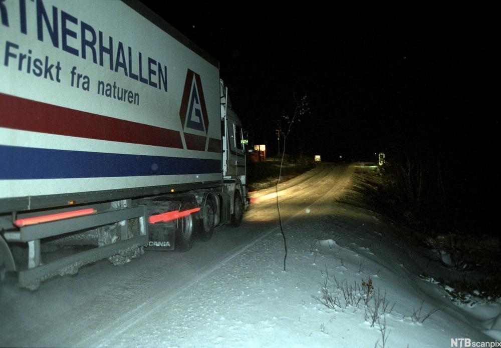 Lastebil på smal vei på vinterføre. foto.