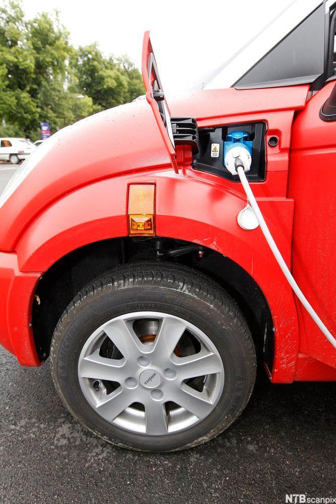 Elektrisk bil som lader. Foto.