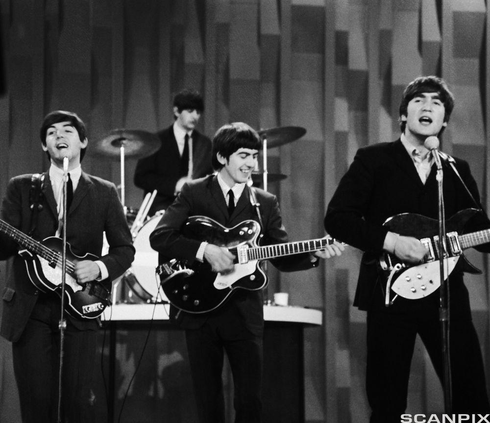 "The Beatles opptrer på CBS ""Ed Sullivan Show"" i New York i 1964."