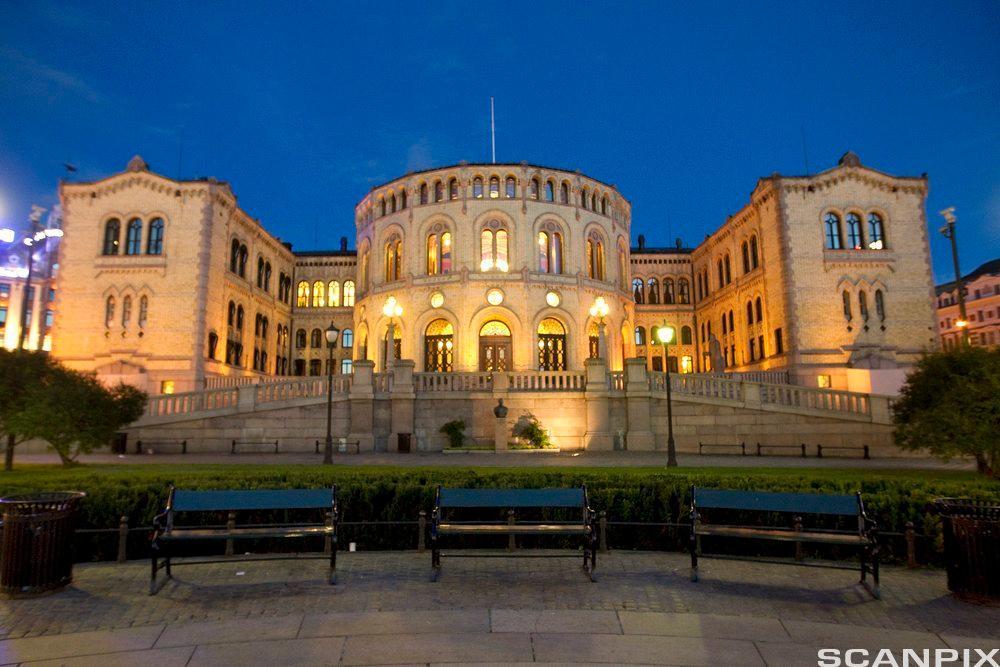 Stortinget opplyst på kvelden. Foto.