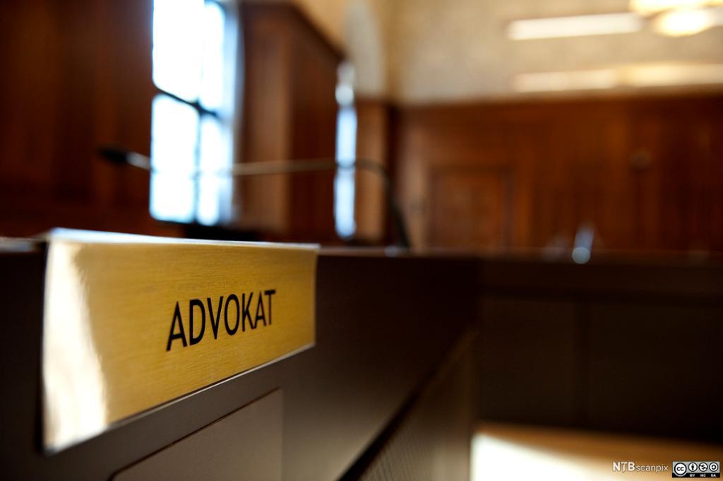Et advokat-skilt fra en tingrett. Foto.