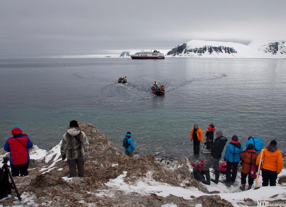 Turister fra Hurtigruten blir satt i land på Svalbard med småbåt. Foto.
