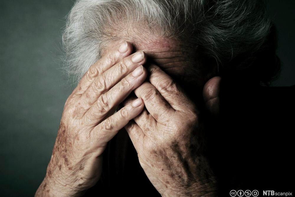 Deprimert eldre kvinne. Foto.