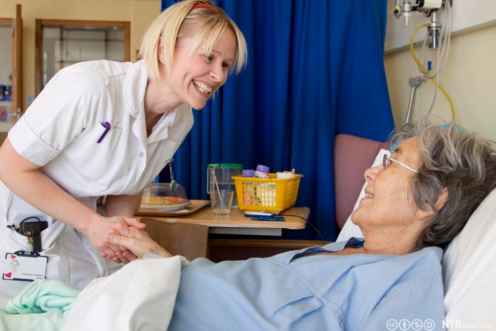 Helsearbeider og pasient. Foto.
