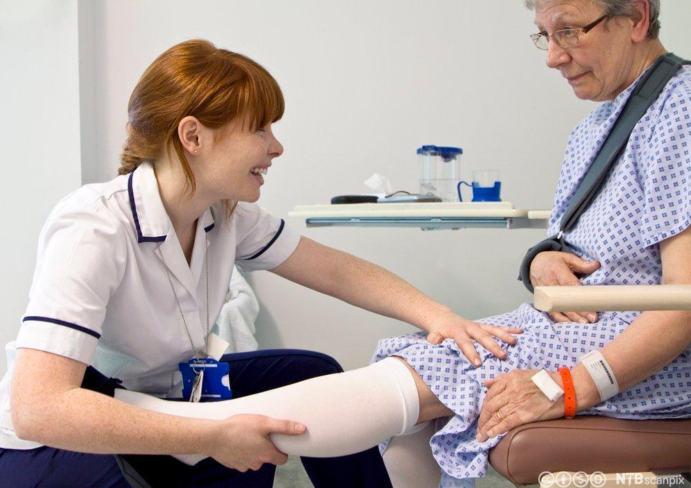 Pasient med støttestrømper som bidrar til forbedret blodsirkulasjon redusert risiko for blodpropp