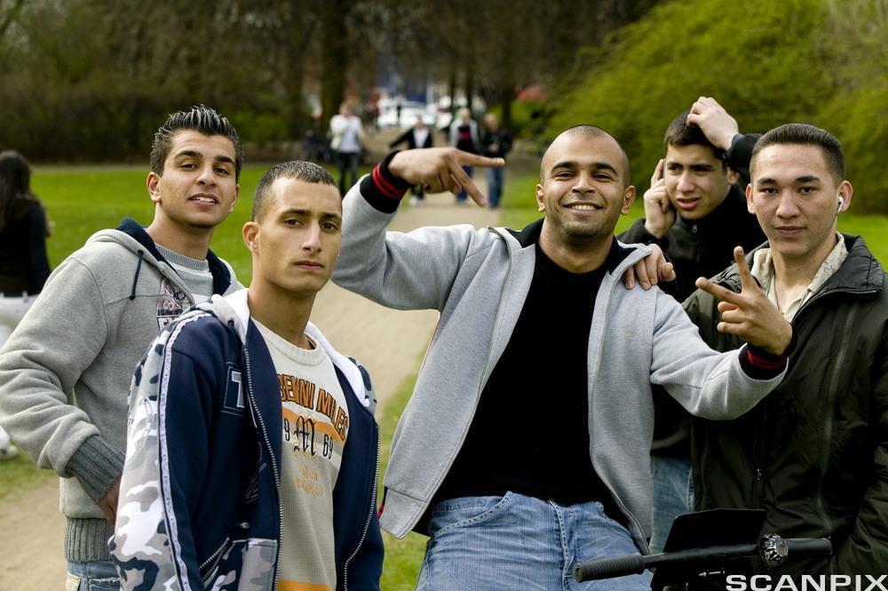 Unge gutter med innvandrerbakgrunn. Foto.