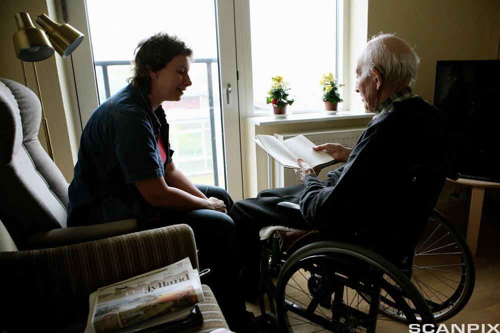Ung kvinne og gammel mann i samtale. Foto.
