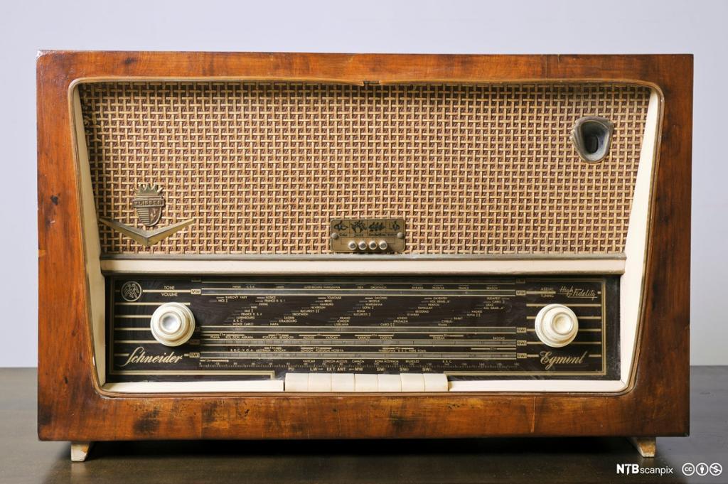 Gammel radio laget av tre. Foto.