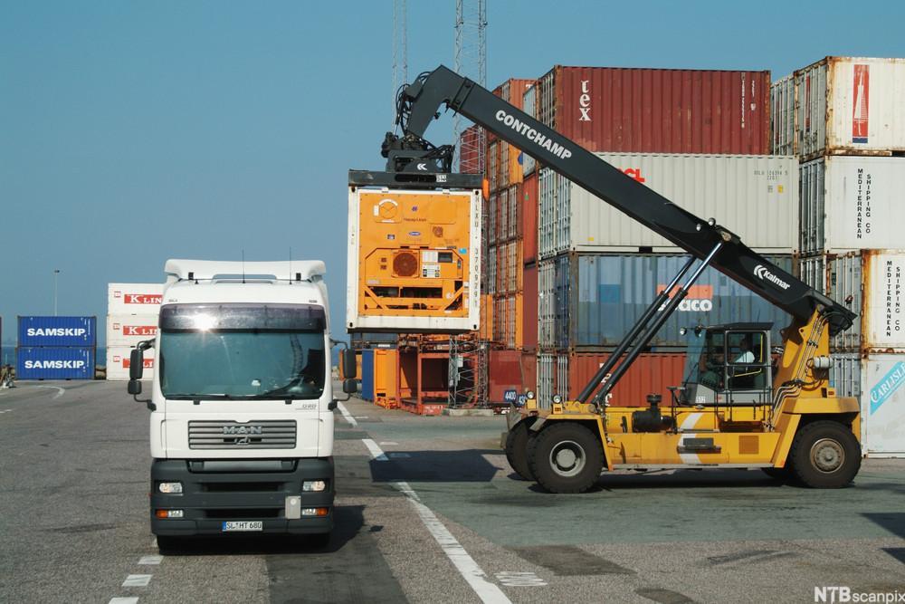 En konteiner blir lastet på en trailer.