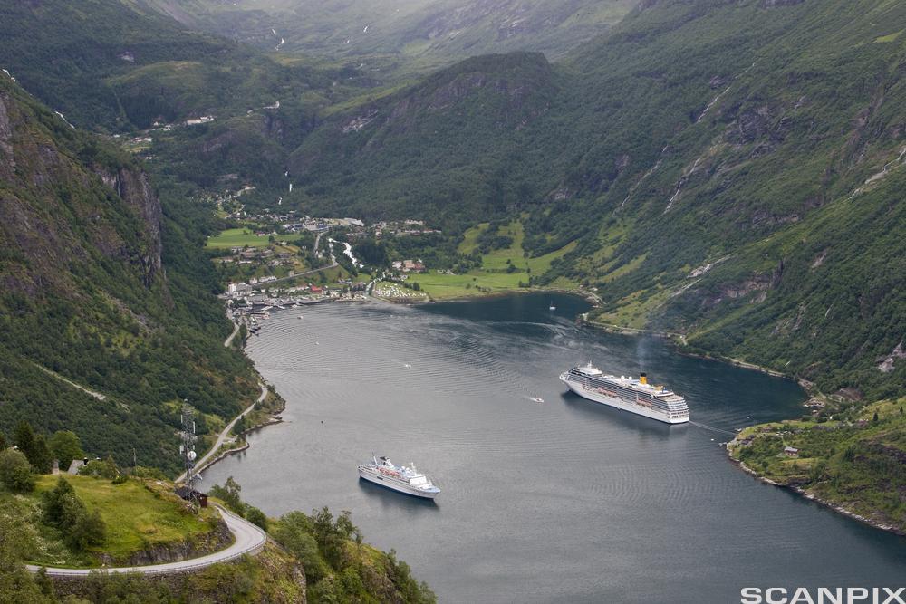 Skip og båter innerst i Geirangerfjord. foto.