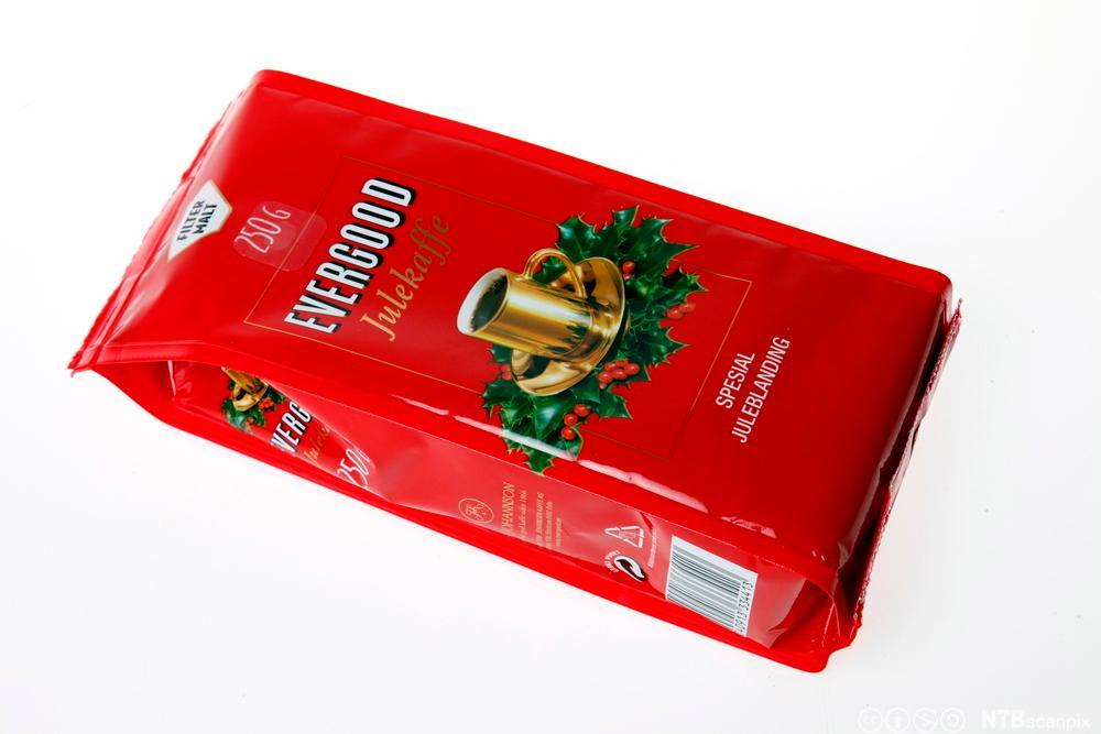 En kaffepose med bilde av en kaffekopp og kistornblad. Fotografi.