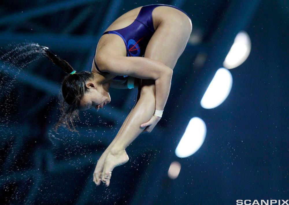 Svømmer tar salto. Foto.