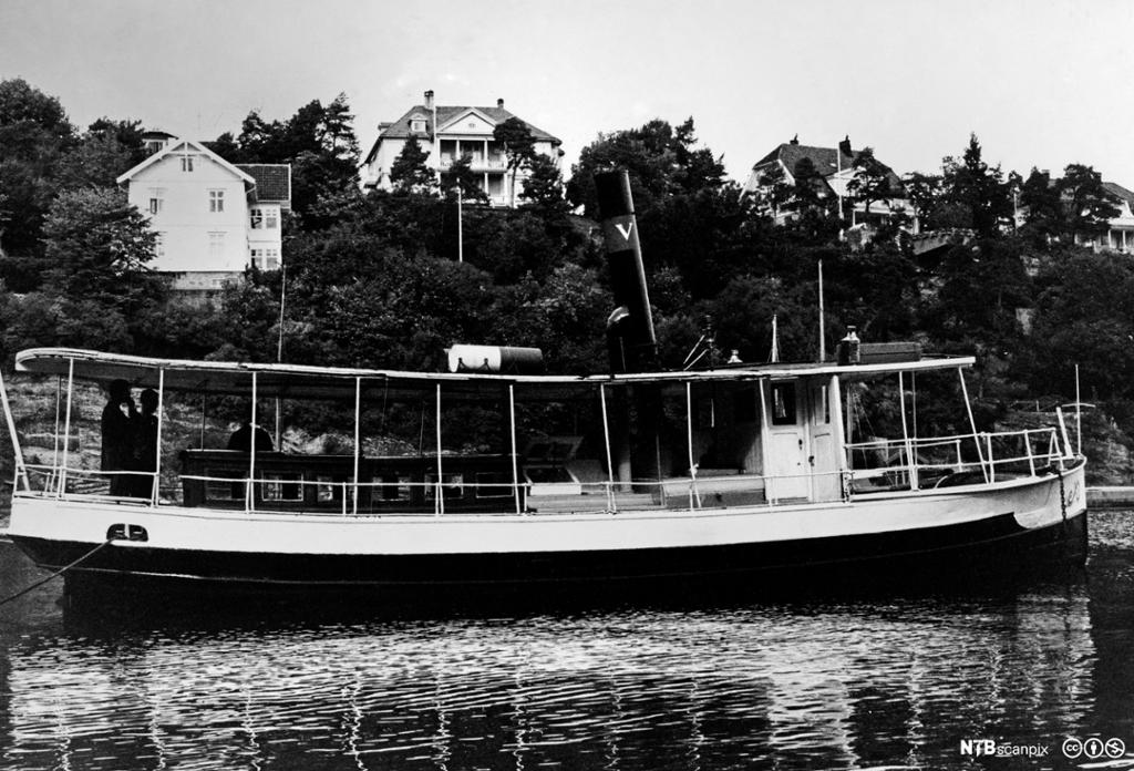 Historisk bilde av dampbåten Pelle ved kai.foto.