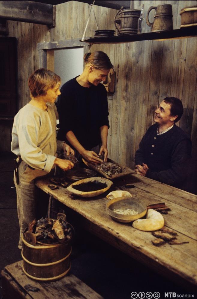 Baking av barkebrød på 1800- tallet. Foto.