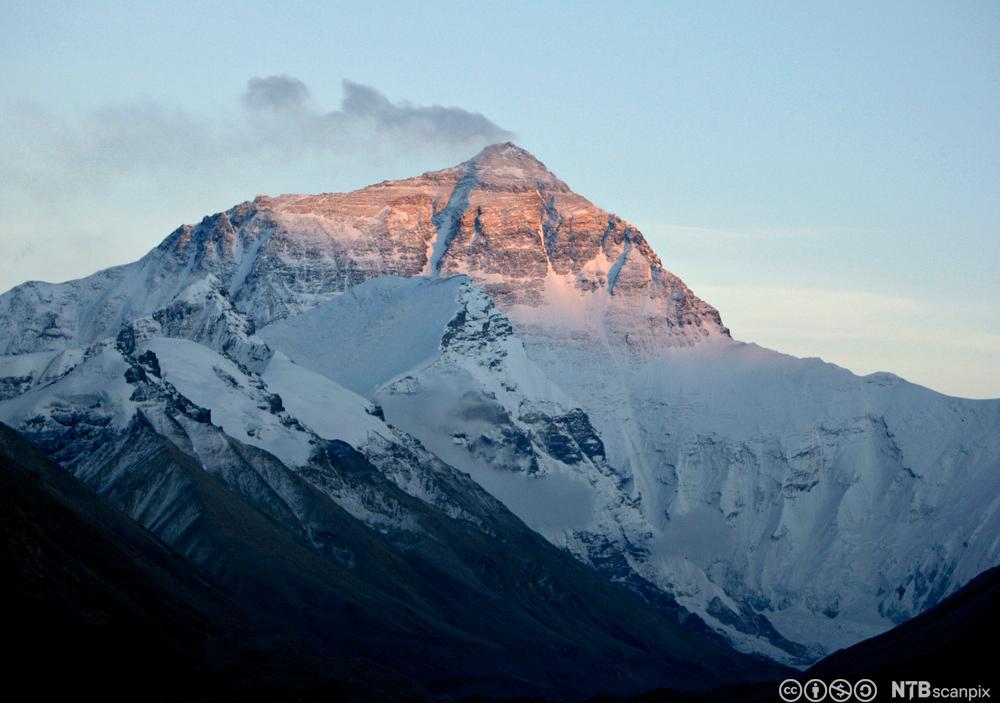 Snø blåser av toppen på Mount Everest. Foto.