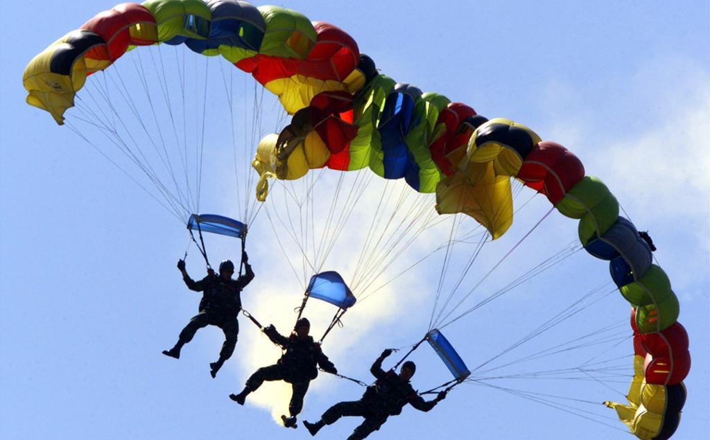 Fallskjermhoppere. Foto.