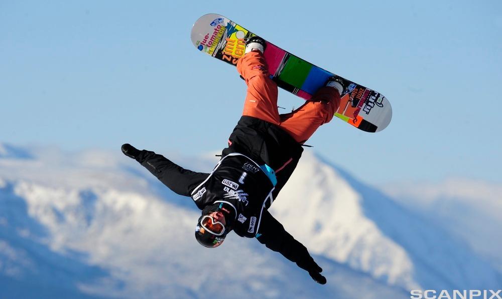 Snowboardkjører i lufra. Foto.