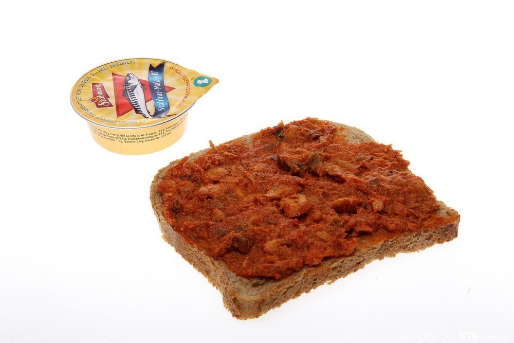 Brødskive med makrell i tomat. Foto.