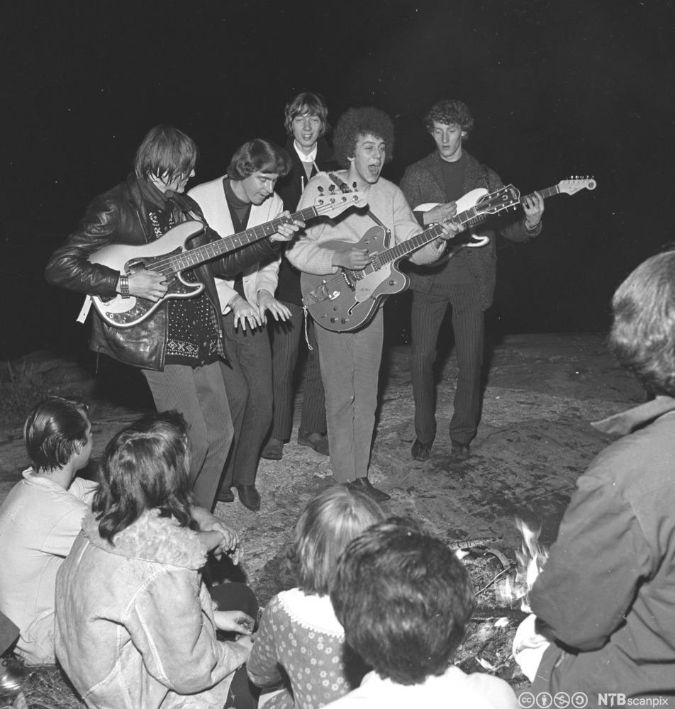 Det norske bandet The Pussycats holder konsert i motorsenteret i Hvervenbukta i 1965. Foto.