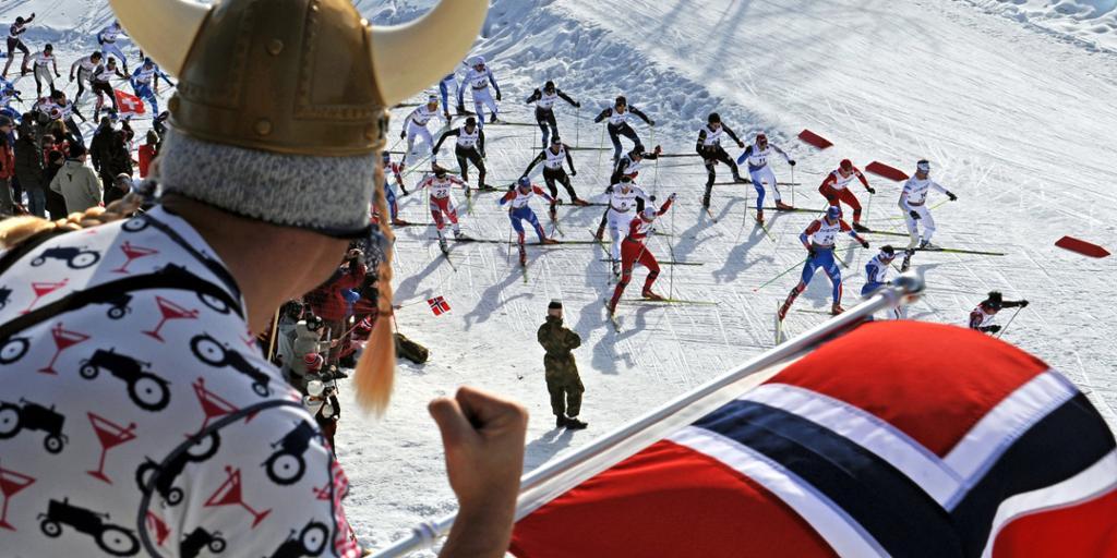 Norsk supporter med vikinghjelm. Foto.