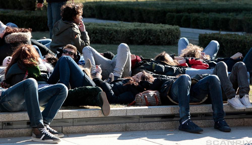 Unge slapper av