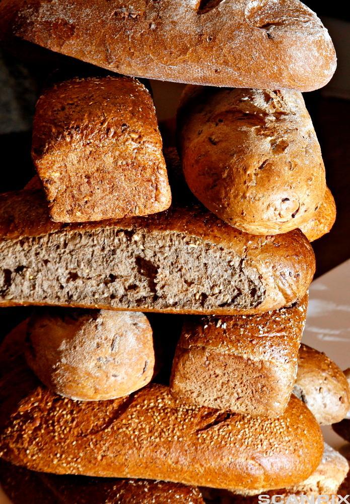 Stabel med brød. Foto.