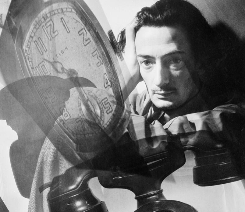 Fotografen Dave McClane har laget et portrett av den surrealistiske kunstneren Salvador Dali. Dali er avbildet sammen med en klokke og en telefon, to symboler som går igjen i Dalis kunstverk.