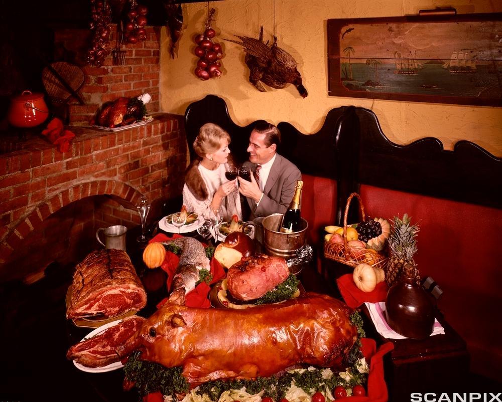 Par skåler på restaurant. Foto.