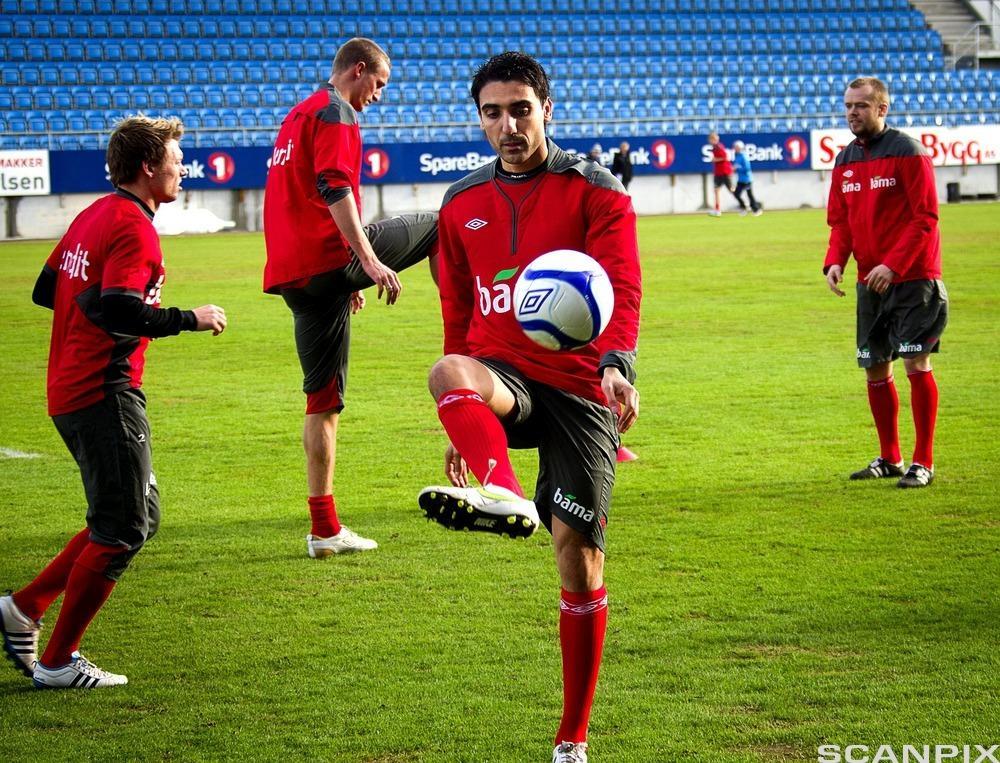En fotballspiller må trene ballteknikk.