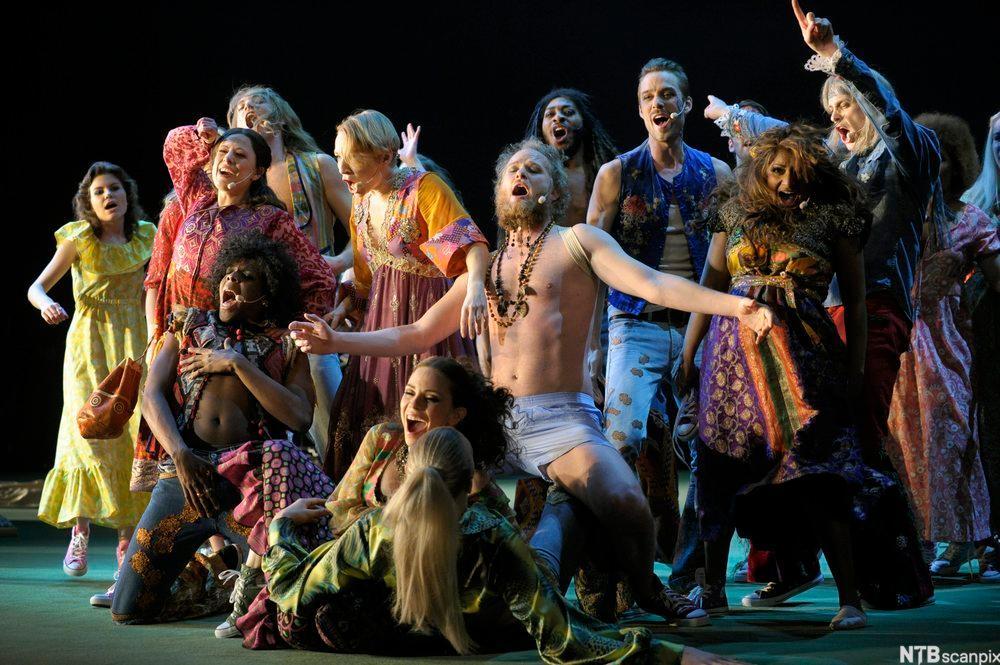 """Scene frå musikalen """"Hair"""". Foto."""