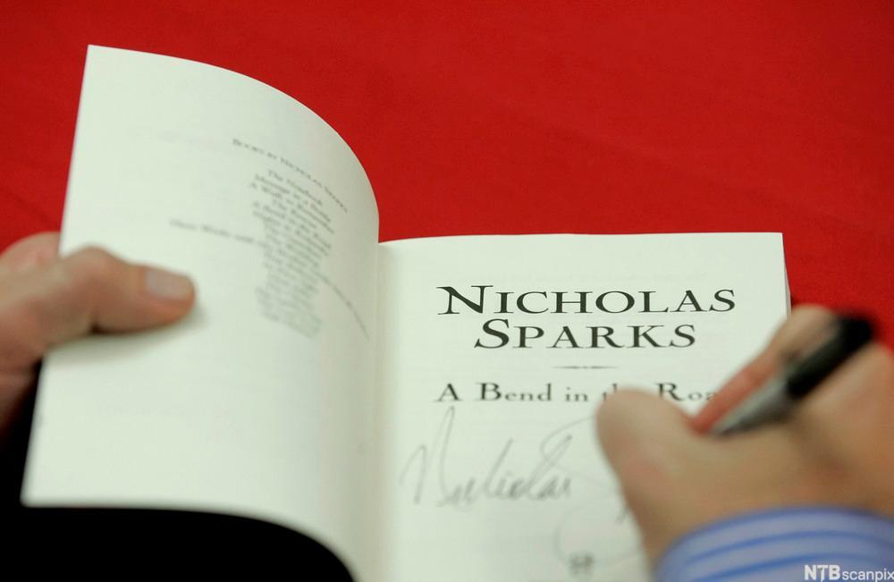 Nicholas Sparks signerer bok