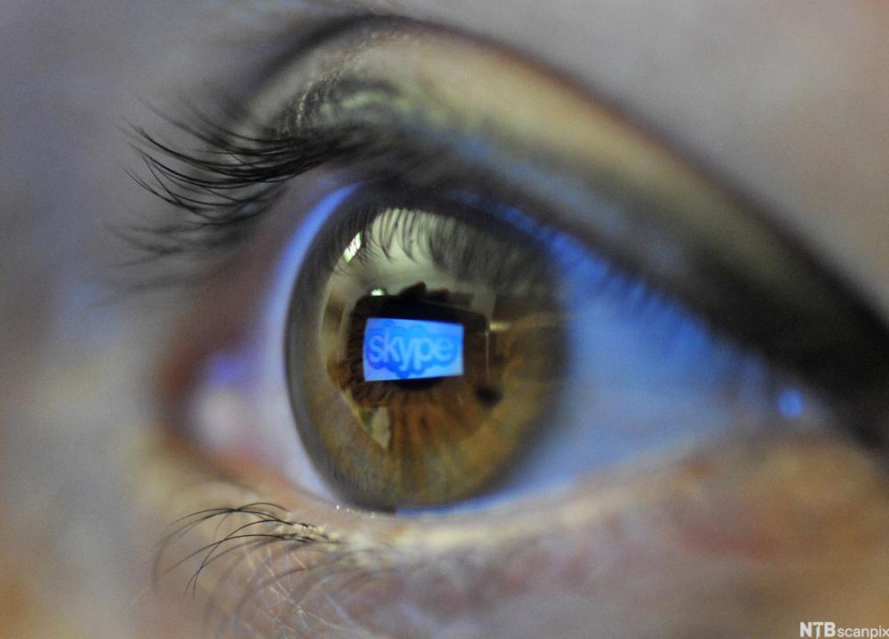 Et øye med refleksjon av logoen til Skype i pupillen. Foto.