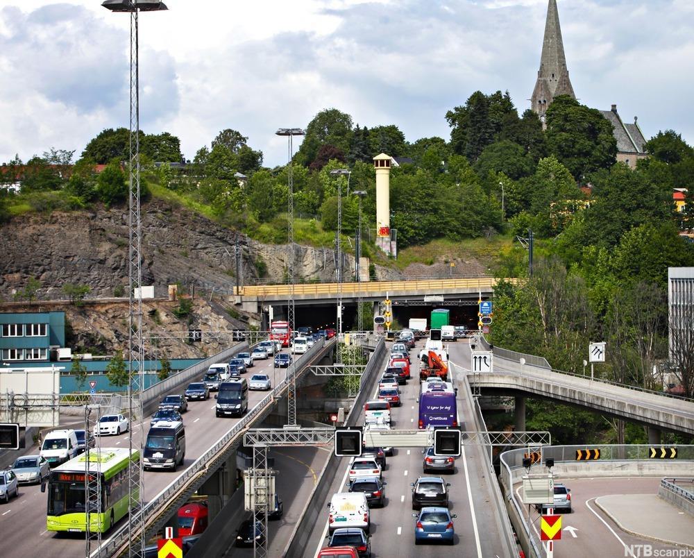 Trafikk på to-fils motorvei. foto.