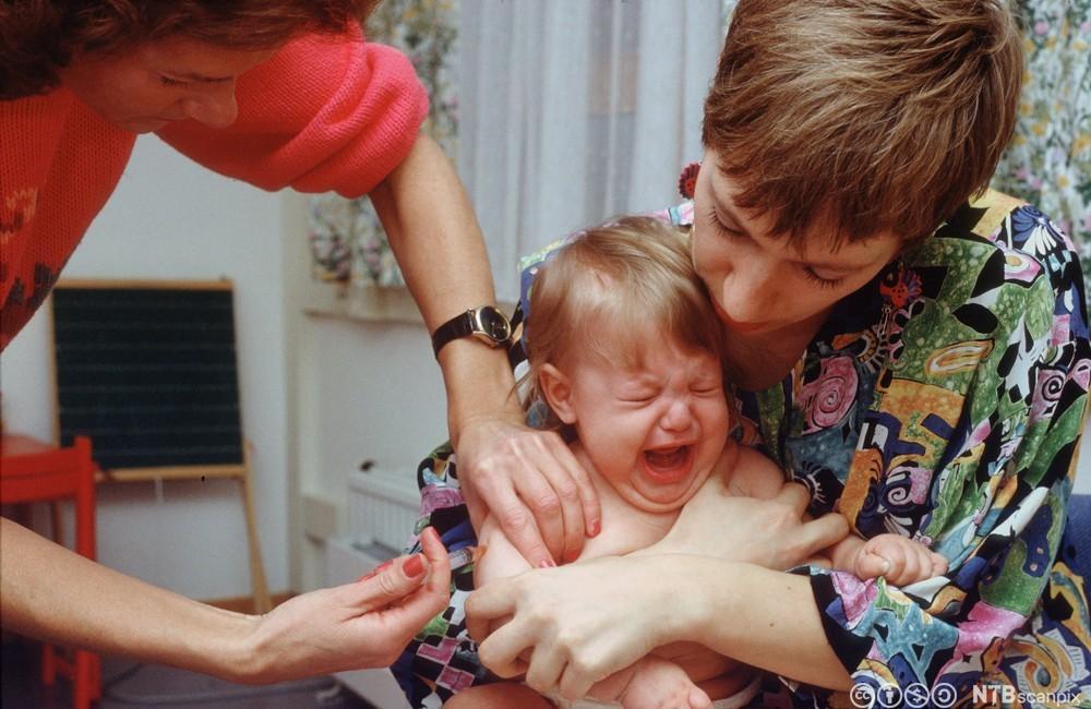Jente får poliovaksine. Foto.