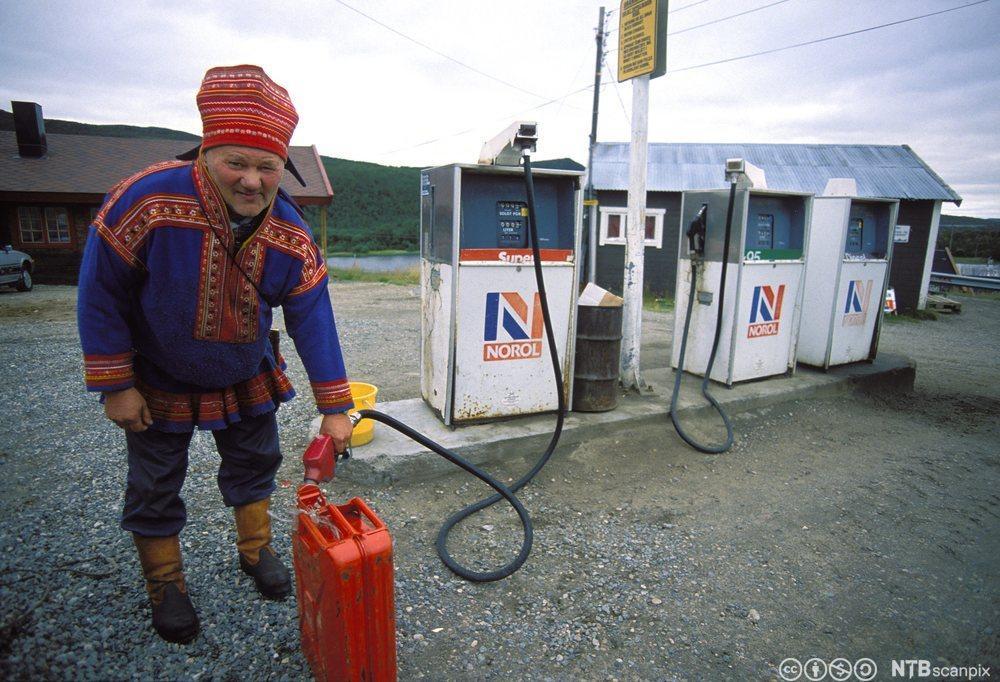 Same fyller bensin på kanne. Foto.