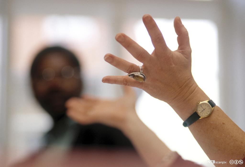 Gestikulerende hender. Foto.