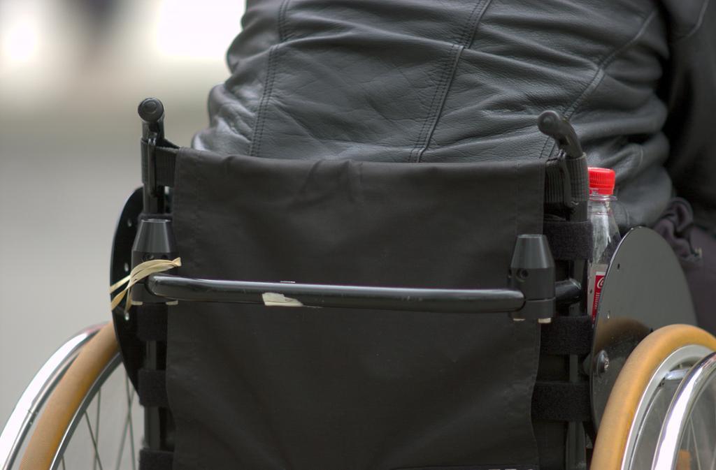 Person i rullestol med ryggen mot kamera. foto.
