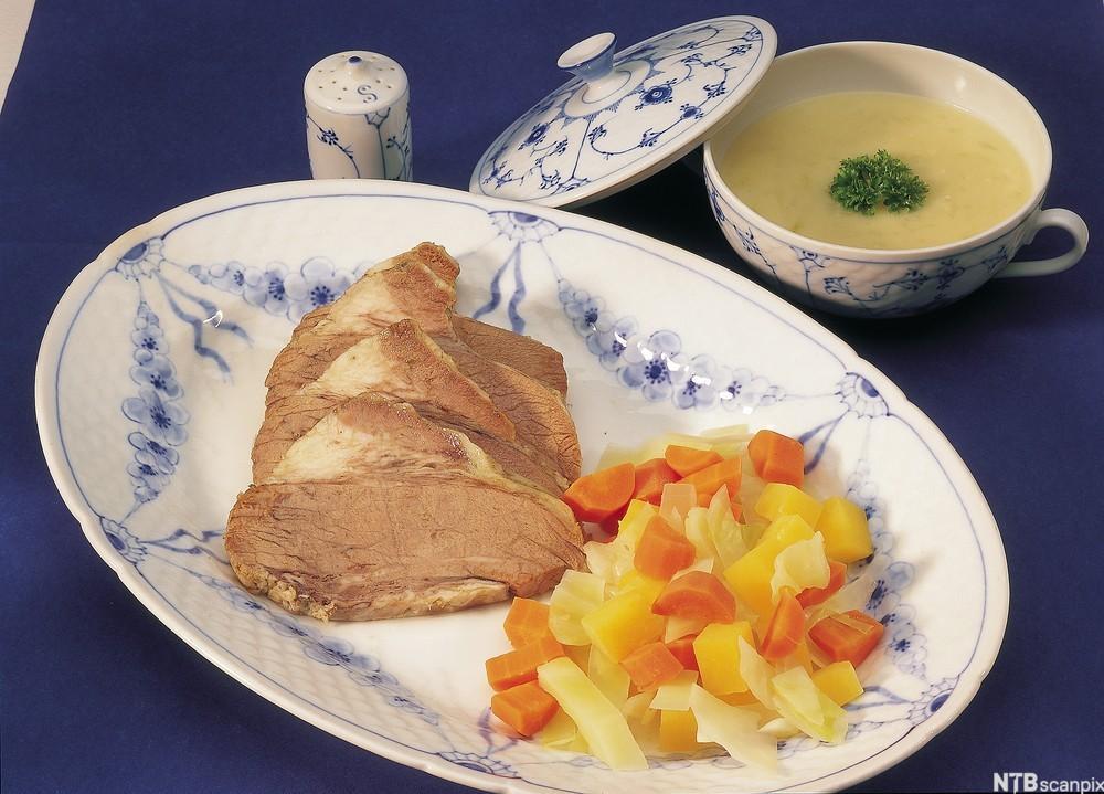 Bilde av ferskt kjøtt og løksaus. Foto.