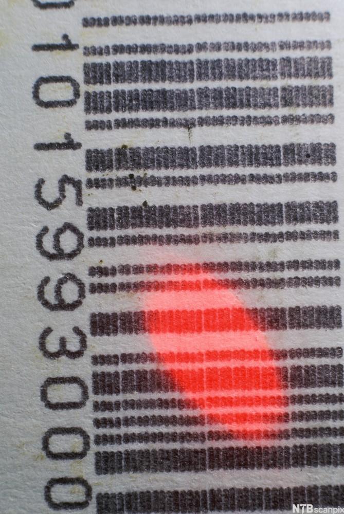 Strekkode med rødt lys fra skanner. foto.