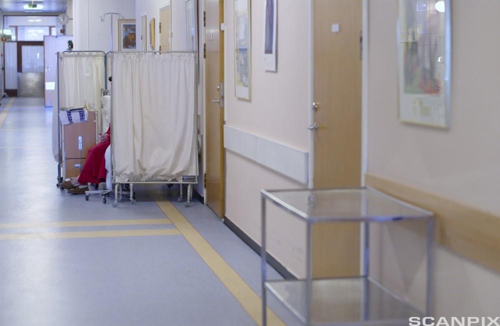 Bilde av en eldre kvinne som er korridorpasient på infeksjonsmedisinsk avdeling ved Ullevål sykehus i Oslo.